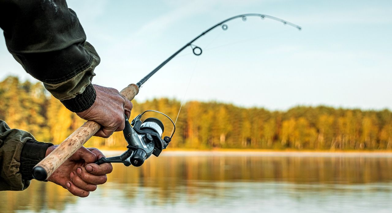 7 Best Fishing Watches in 2020 - Buying Guide 1