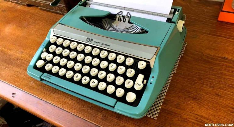 The Best Typewriter in 2020: Reviews & Guide